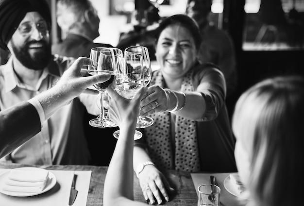 Couple indien portant un toast avec leurs amis