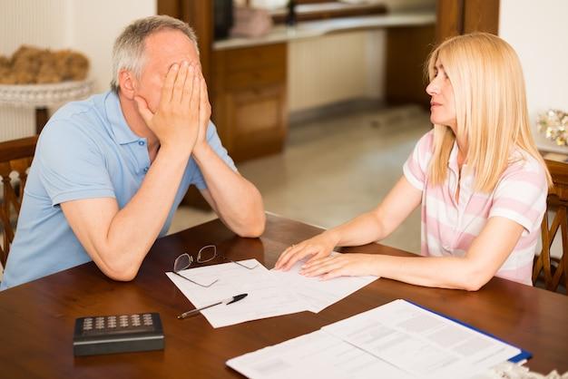 Couple inquiet calculant leurs dépenses ensemble