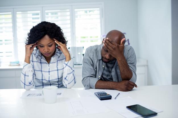 Couple inquiet vérifiant les factures