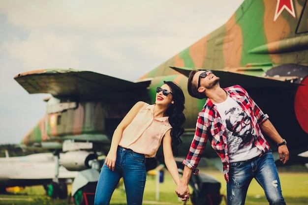 Couple insouciant avec plein sourire sourire à l'extérieur