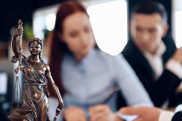 Un couple en instance de divorce dissout le contrat de mariage.