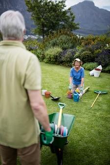 Couple interagissant les uns avec les autres pendant le jardinage