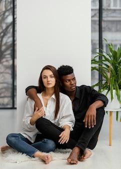 Couple interracial coup complet posant