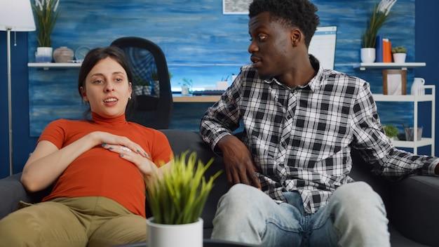 Couple interracial parlant de l'enfant et de la parentalité