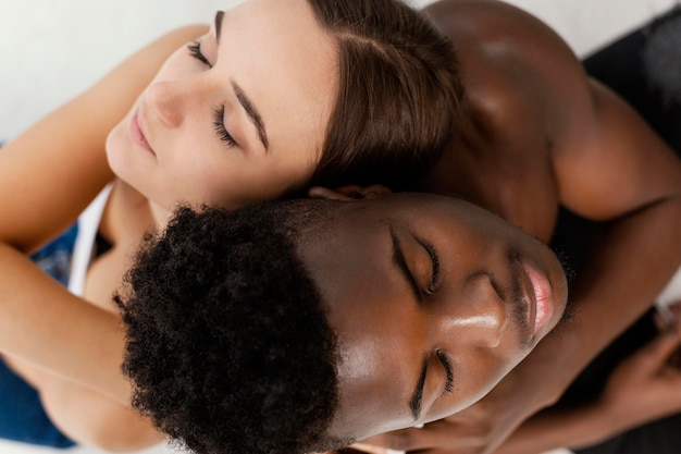 Couple interracial posant gros plan
