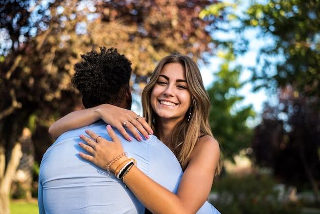 Couple interracial s'embrassant. fille de race blanche étreignant un black.