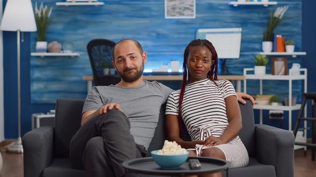 Couple interracial saluant la caméra d'appel vidéo et parlant