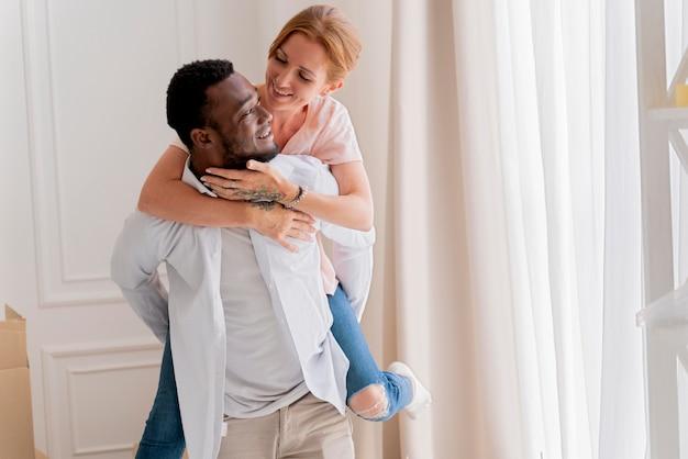 Couple interracial se prépare à déménager