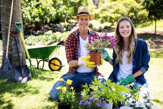 Couple de jardinage dans le parc