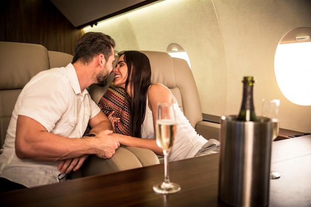 Couple en jet privé
