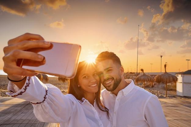 Couple jeune photo selfie en vacances à la plage