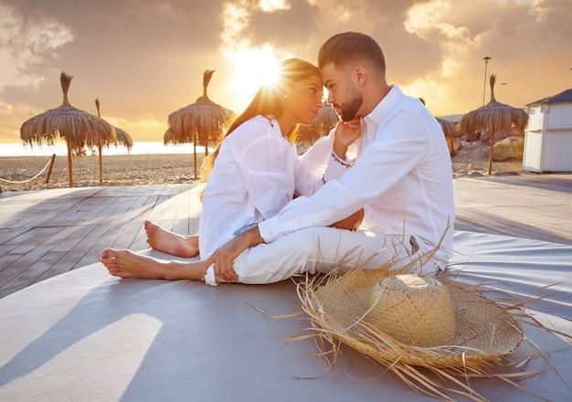 Couple, jeune, plage, vacances, lever soleil