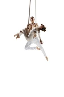 Couple de jeunes athlètes de cirque acrobates isolated on white
