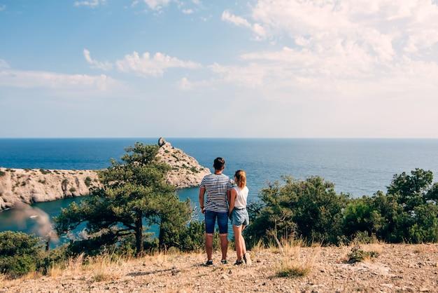 Couple, jeunes, embrasser, voyage, été, jour