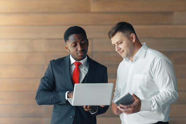 Couple de jeunes entrepreneurs travaillant dans des bureaux modernes
