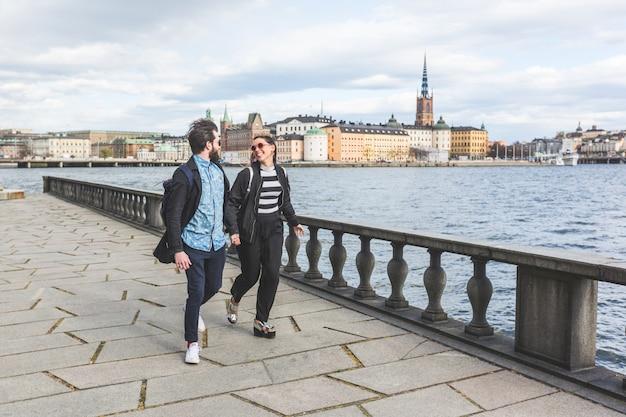 Couple de jeunes hipster courir main dans la main à stockholm