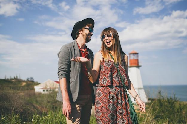 Couple de jeunes hipster posant dans la campagne