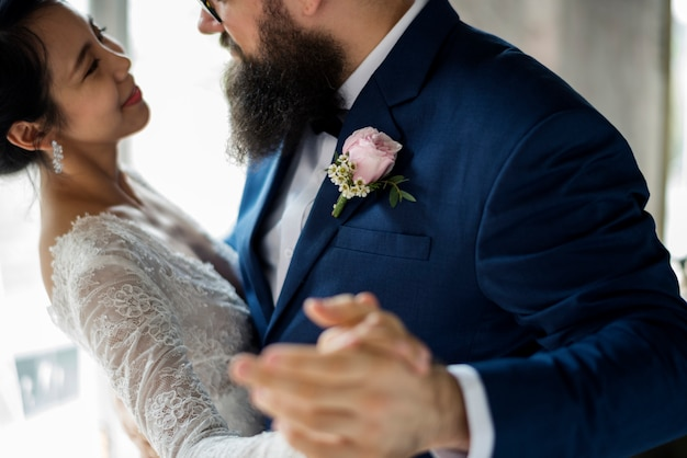 Couple de jeunes mariés dansant la célébration du mariage