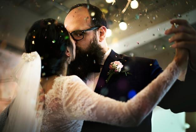 Couple de jeunes mariés dansant célébration de mariage