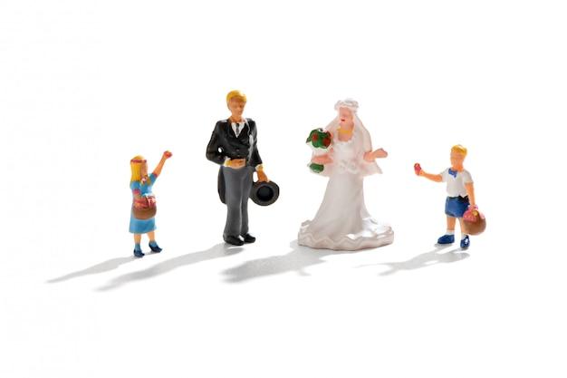 Couple de jeunes mariés avec fleur fille et garçon de page