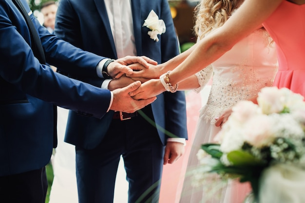 Couple de jeunes mariés, main dans la main