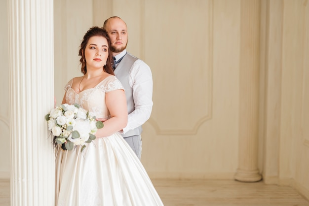 Couple de jeunes mariés posant