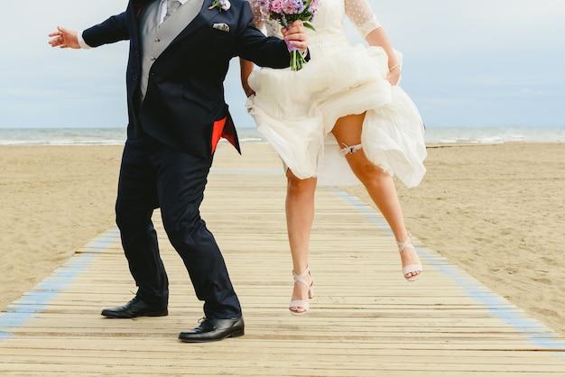 Couple de jeunes mariés s'embrassant
