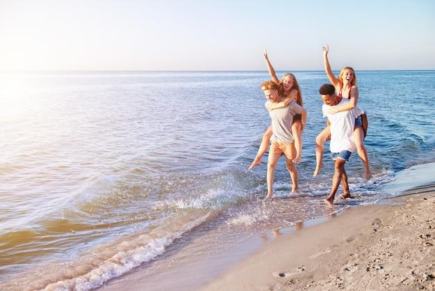 Couple de jeunes multiethniques sur la plage