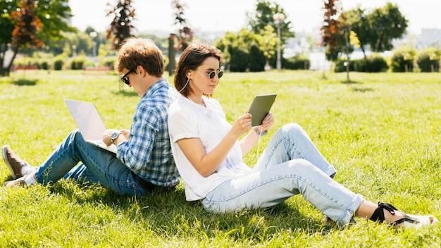 Couple de jeunes pigistes dans le parc