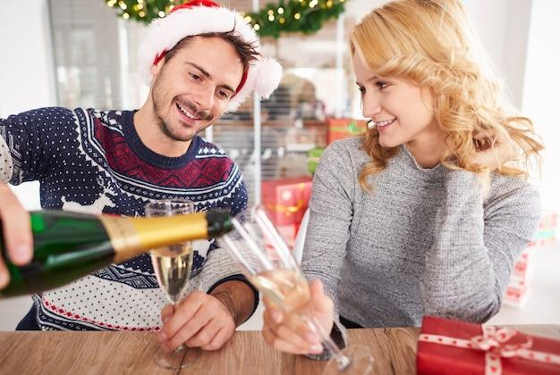 Un couple de jeunes porte un toast