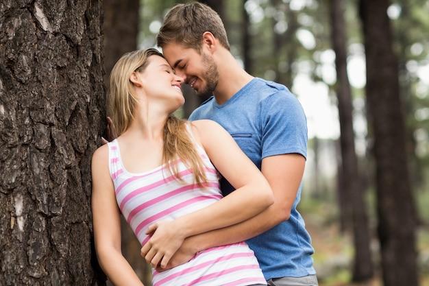 Couple de jeunes randonneurs heureux