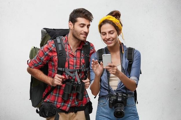 Couple de jeunes touristes avec équipement