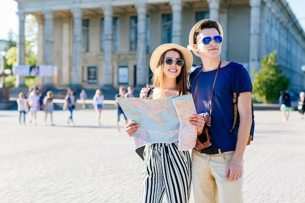 Couple de jeunes touristes en ville