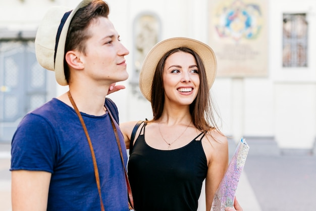 Couple De Jeunes Touristes Photo gratuit