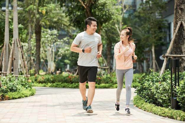 Couple, jogging, dans parc