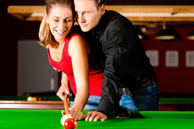 Couple jouant au billard