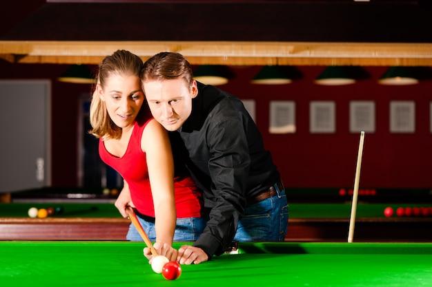 Couple jouant au billard