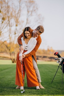 Couple jouant au golf ensemble