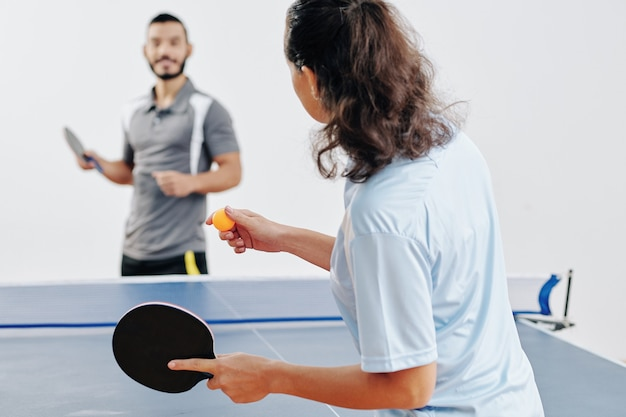Couple jouant au tennis de table