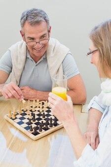 Couple jouant aux échecs à la maison