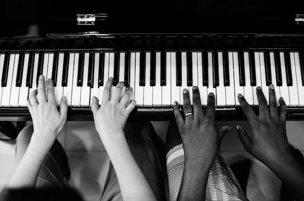Couple jouant et chantant ensemble
