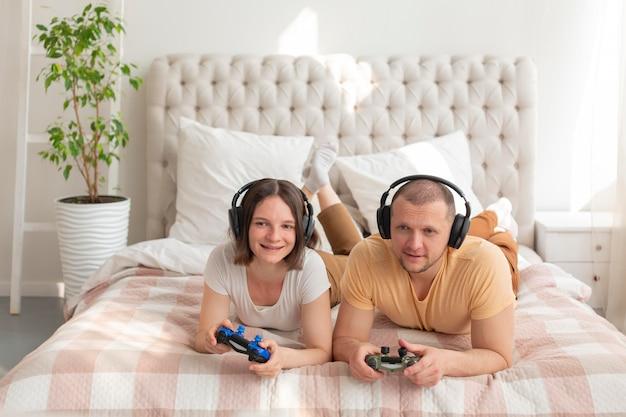 Couple jouant ensemble à des jeux vidéo à la maison