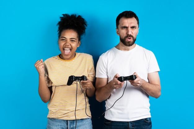 Couple jouant à des jeux vidéo