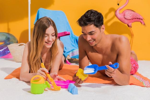 Couple jouant à des jouets de plage