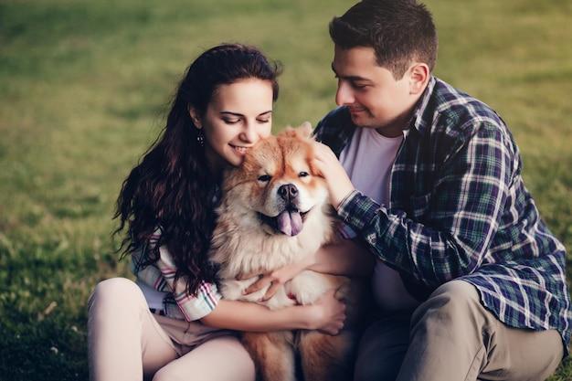 Couple jouant avec leur chien