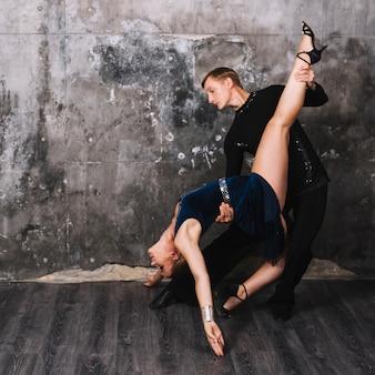 Couple jouant une position pendant une danse passionnée