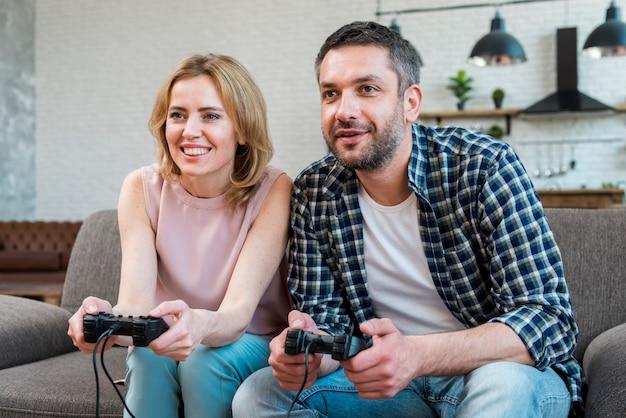 Couple jouant