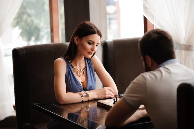 Couple, jouer échecs