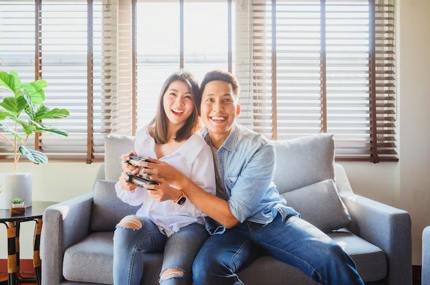Couple, jouer, jeu vidéo, ensemble