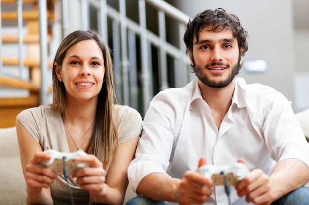 Couple, jouer, jeux vidéo, chez soi